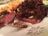 T-Bone Steak mit hausgemachter Kräuterbutter und geschmorten Zwiebeln