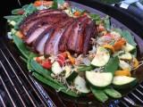 Schweinebauch mit Süßholz-Glasur auf Gemüsepfanne